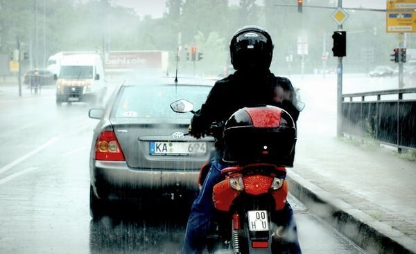 How to see when riding a motorcycle in the rain