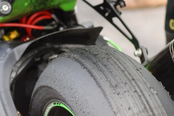 why do motorbike tires wear out so much faster than automobile tires